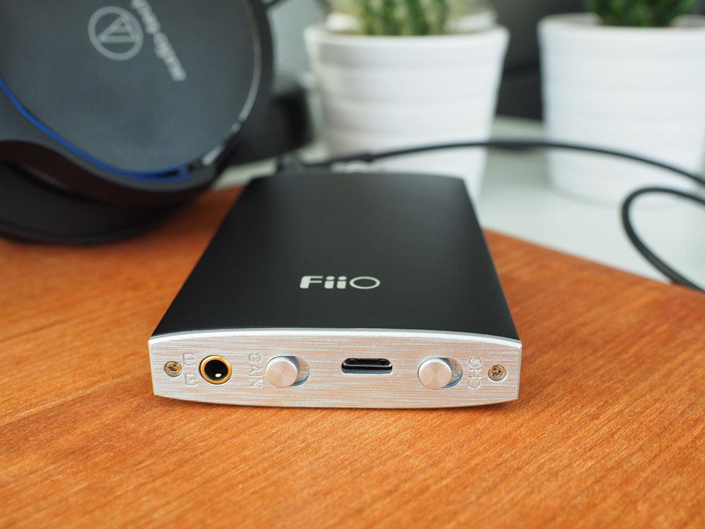 In/Out und Micro-USB Anschluss, sowie Gain- und Charge-Schalter