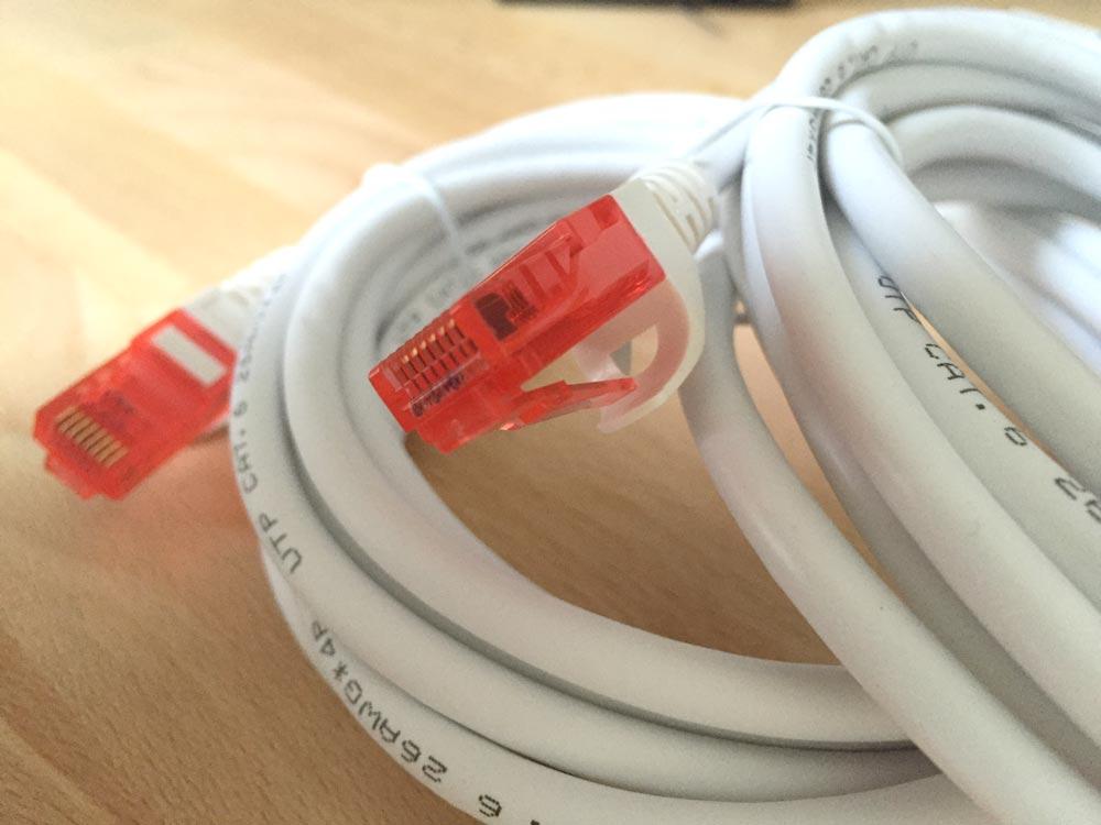 Mattweißes Kabel mit roten Steckern